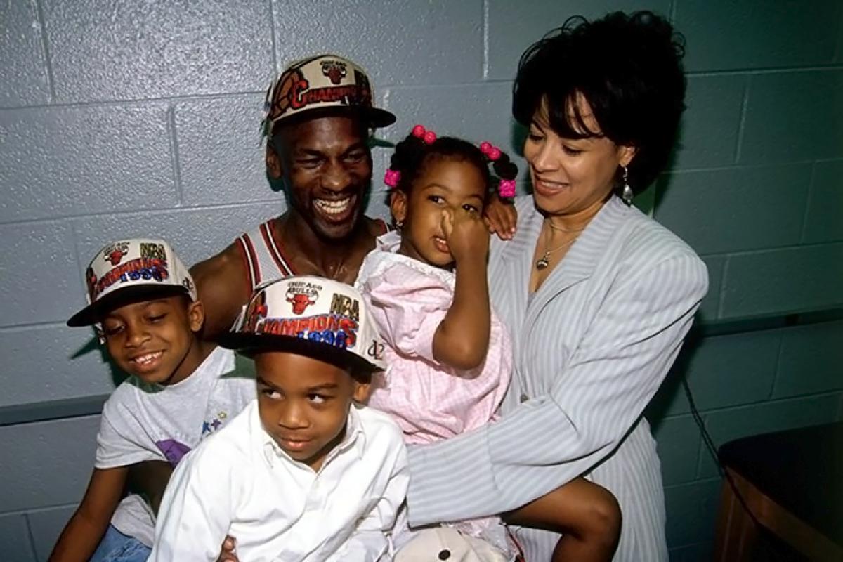 Майкл Джордан со своей первой женой Хуанитой Ваной и детьми Джеффри, Маркус Жасмин.