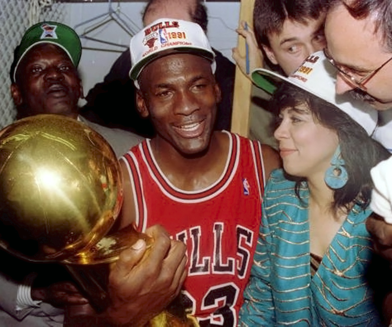 Майкл Джордан с женой Хуанитой и отцом Джеймсом после победы «Чикаго Буллз» против «Лос-Анджелес Лейкерс» в финале NBA 1991 года