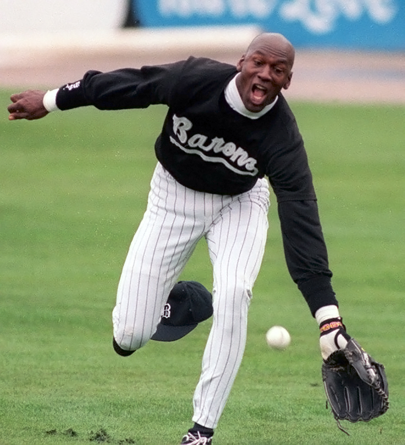 Майкл джордан га бейсбольном поле во время игры