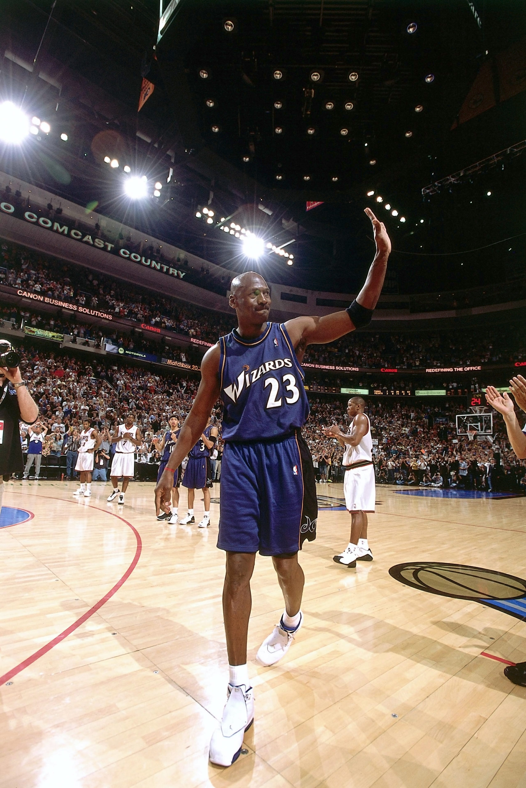 Майкл Джордан из Washington Wizards выходит на площадку для финальной игры НБА своей карьеры против Филадельфии 76